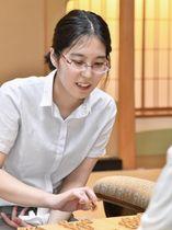 将棋の第1期清麗戦を制して史上初の女流六冠を獲得した里見香奈新清麗=7日午後、金沢市