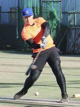 練習を公開し、打撃練習する巨人・岡本=横浜市の慶大グラウンド
