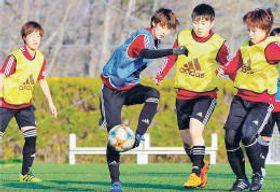 千葉戦に向け、練習で気迫のこもったプレーを見せる小野(左から2人目)