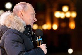 18日、モスクワで演説するロシアのプーチン大統領(タス=共同)