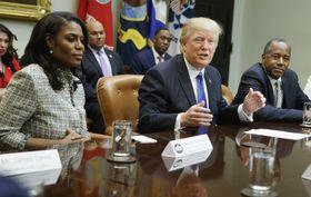 来年1月に辞任するマニゴールト米大統領補佐官(左)。中央はトランプ大統領=2月撮影、ホワイトハウス(AP=共同)
