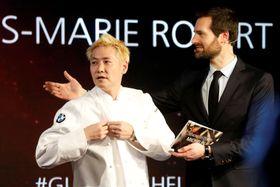 27日、ミシュランガイドの発表イベントで壇上に立つ小林圭さん(左)=パリ(ロイター=共同)