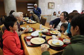 子どもからお年寄りまで住民が世代を超えて集った「みんな食堂」=長与町