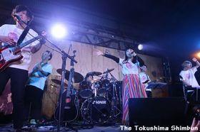 ラストステージで演奏するPOLU=徳島市万代中央ふ頭