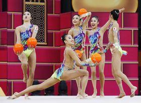 団体種目別決勝 初の金メダルを獲得した日本のボールの演技=バクー(共同)
