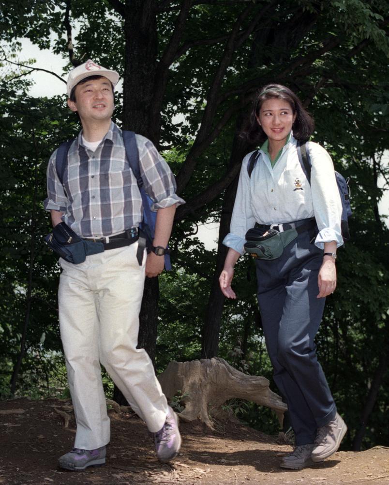 お二人での初めての登山を楽しまれる天皇、皇后両陛下=1994年6月、東京都青梅市の高水山