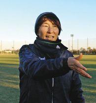 アスレジーナの選手に指示を出す本田美登里監督=磐田市で