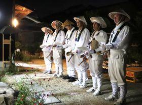 訪問先の玄関脇で念仏を唱える屋形崎夜念仏連中のメンバー=土庄町屋形崎