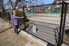 フェンスで封鎖された上久原公園西側の出入り口=大村市木場1丁目