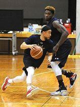 CS準々決勝に向けて練習するキングスの選手ら=23日、沖縄市体育館