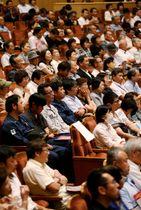 候補者の演説に耳を傾ける有権者=長崎市内(山口隆行撮影、画像は一部加工)