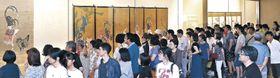 人波をつくり名品を鑑賞する来場者=金沢市の県立美術館