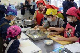 アンコウの切り身を使った春巻き作りに挑戦する児童ら