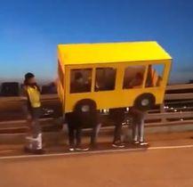 バスに似せた段ボールをかぶった4人。ユーチューブから