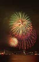 関門海峡の夜空に次々と打ち上がる花火=13日午後8時半ごろ、下関市