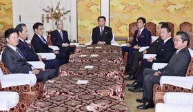 合流に向けた協議開始が提案された、会談に臨む社民党の又市党首(奥左)、立憲民主党の枝野代表(中央)、国民民主党の玉木代表(奥右)ら=6日午後、国会