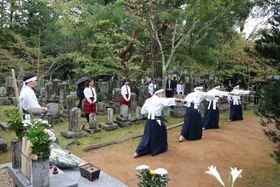 会津藩士の殉難者墓地で剣舞を奉納する会津高の生徒たち(京都市左京区・西雲院)