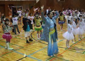 中国の伝統舞踊を一緒に学ぶ日中の子どもたち=佐世保市、長崎短大
