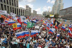 モスクワ市議選で反政権独立系候補の登録拒否に抗議する人々=20日(AP=共同)