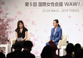 国際女性会議「WAW!」で公開インタビューに答える伊達公子さん(右)=24日午前、東京都内のホテル