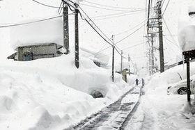 雪に覆われる福井県大野市和泉地区=13日午後、同市朝日