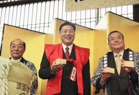 還暦を祝うパーティーで赤いちゃんちゃんこを着て笑顔の陸奥親方(中央)=12日、東京・両国国技館