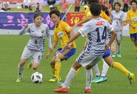 果敢に攻め上がるINAC神戸のMF伊藤美紀選手(左)=ダイハツスタジアム