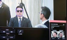 正面写真(右下)だけを登録した男性が、サングラスを着用したり斜めを向いていても検知できるパナソニックの認証ソフトウエアの画面=20日