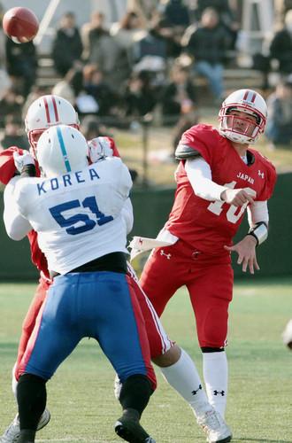 アジア選手権・韓国戦でパスを出すQBの東野=2011年、川崎球場