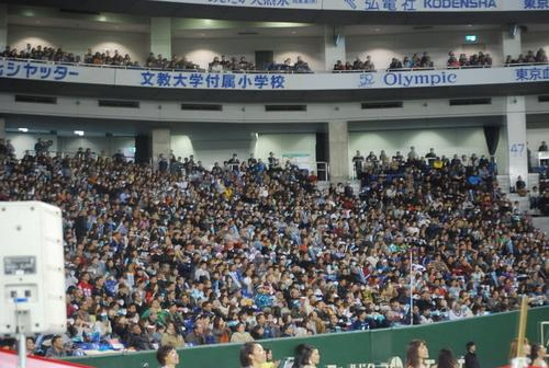 日本選手権(ライスボウル)でクラウドノイズを出すオービックファン=1月3日、東京ドーム
