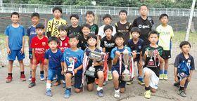 【写真=解散を前に、サッカー全道大会で初優勝を飾った室蘭大沢FCの選手たち】