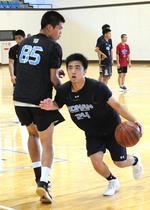 練習から熱のこもったプレーでチームを引っ張る興南の名城伶真主将(右)=14日、宜野座村総合体育館