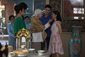 映画「クレイジー・リッチ!」の場面。贅を尽くした大家族セレブの生活に戸惑うことばかりのレイチェル。家柄を重んじるニックの母や祖母から結婚を反対されるが…(C)Warner Bros.
