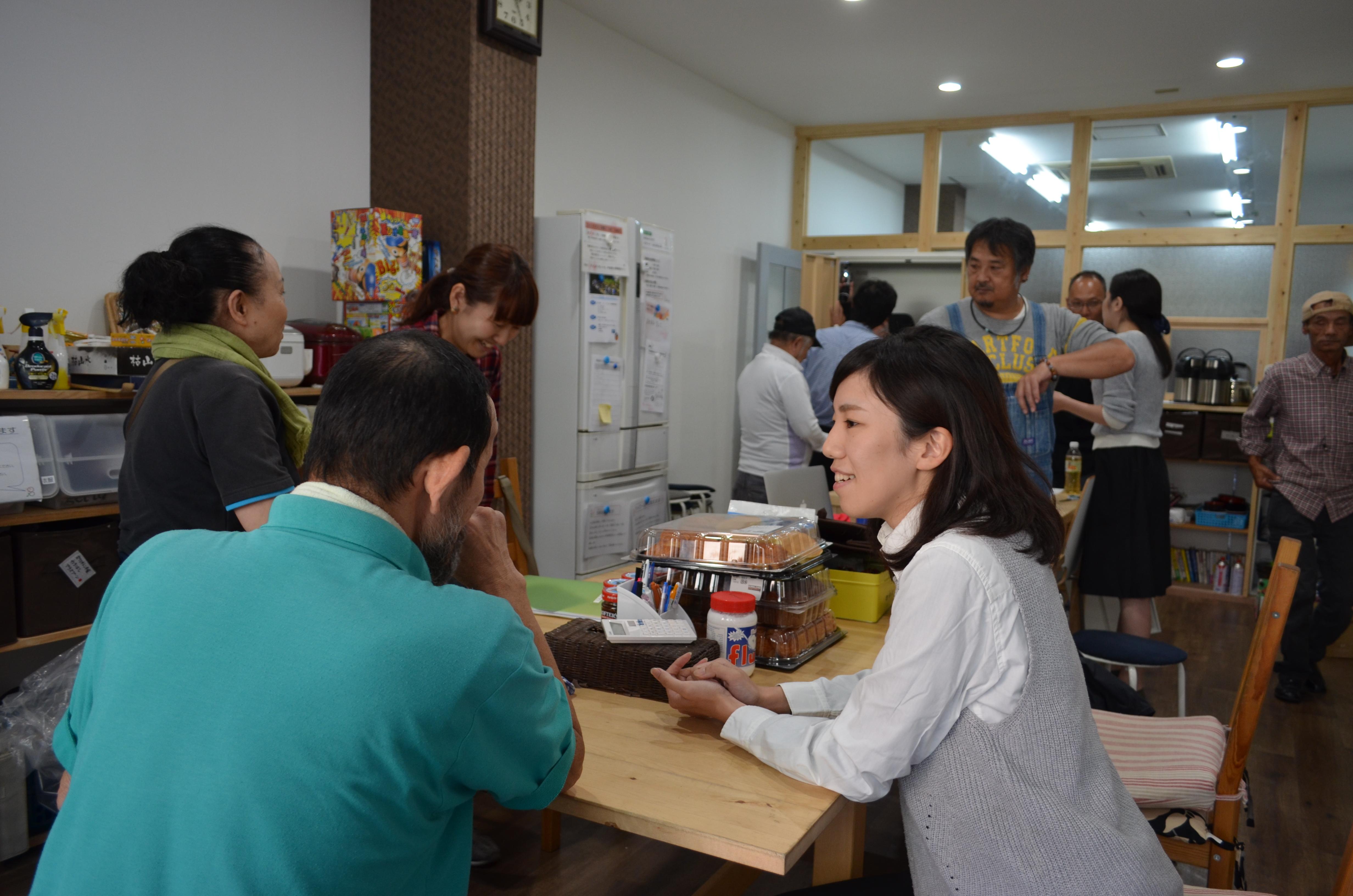 自然に人の輪ができる大阪市北区のHomedoor事務所。ボランティアの登録者は750人に上る。