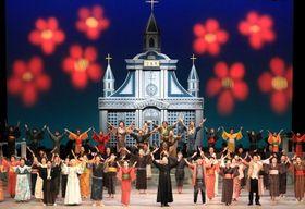 華やかなフィナーレを迎えた市民ミュージカル「赤い花の記憶 天主堂物語」=長崎ブリックホール