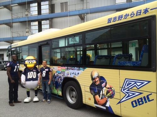 千葉県習志野市内で運行されている「オービック・シーガルズ・ラッピングバス」=撮影:Ayako Konishi