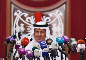 17日、サウジアラビア・ジッダで記者会見するアブドルアジズ・エネルギー相(ロイター=共同)