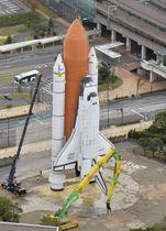 閉園したスペースワールドで、解体工事が始まったスペースシャトル「ディスカバリー号」の原寸大模型=19日午後、北九州市(共同通信社ヘリから)