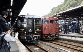 JR人吉駅に停車する観光列車「A列車で行こう」(左)と「いさぶろう・しんぺい」=22日午後、熊本県人吉市