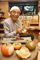 本物と見まがう木彫りの果物を作る中村功さん=山形市