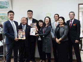 ひとり親を支援する団体にチケットを寄贈した日本相撲協会の千田川親方(左から3人目)、大相撲沖縄場所実行委員会の竹岡剛会長(左端)=14日、県庁