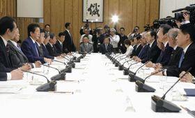 政府与党連絡会議であいさつする安倍首相(左から3人目)。右から3人目は公明党の山口代表=12日午後、首相官邸