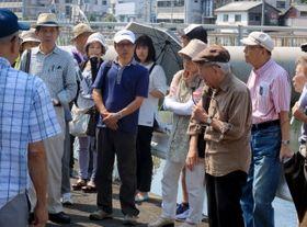 被爆者が当時の経験を語りながら案内した原爆遺跡めぐり=長崎市茂里町