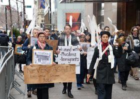 強制収容を米政府が謝罪してから30年に合わせ、ニューヨークでデモ行進する日系米国人ら=24日(共同)