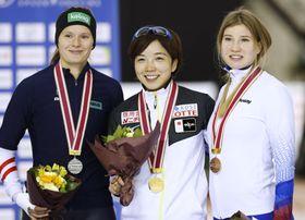 女子500メートルで優勝し、表彰式で笑顔を見せる小平奈緒(中央)。この種目での連勝を「31」に伸ばした=明治北海道十勝オーバル