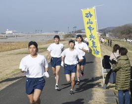 沿道からの声援を受けて力走する松山中央高生