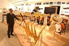 イノベーションロードの展示を紹介する奥村暢朗館長=浜松市中区のヤマハ本社