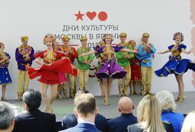 「日本におけるモスクワ文化の日」の開会式で披露されたロシア伝統の踊り=17日、東京都港区
