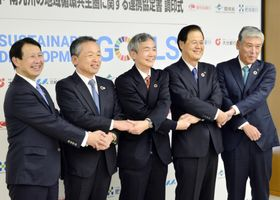 環境省と持続可能な地域社会の形成に向け連携協定を結んだ九州4地銀の頭取ら=18日午後、熊本市