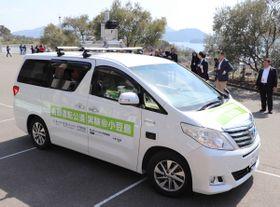 地域住民らを乗せて出発する自動運転車=小豆島町西村、小豆島オリーブ公園